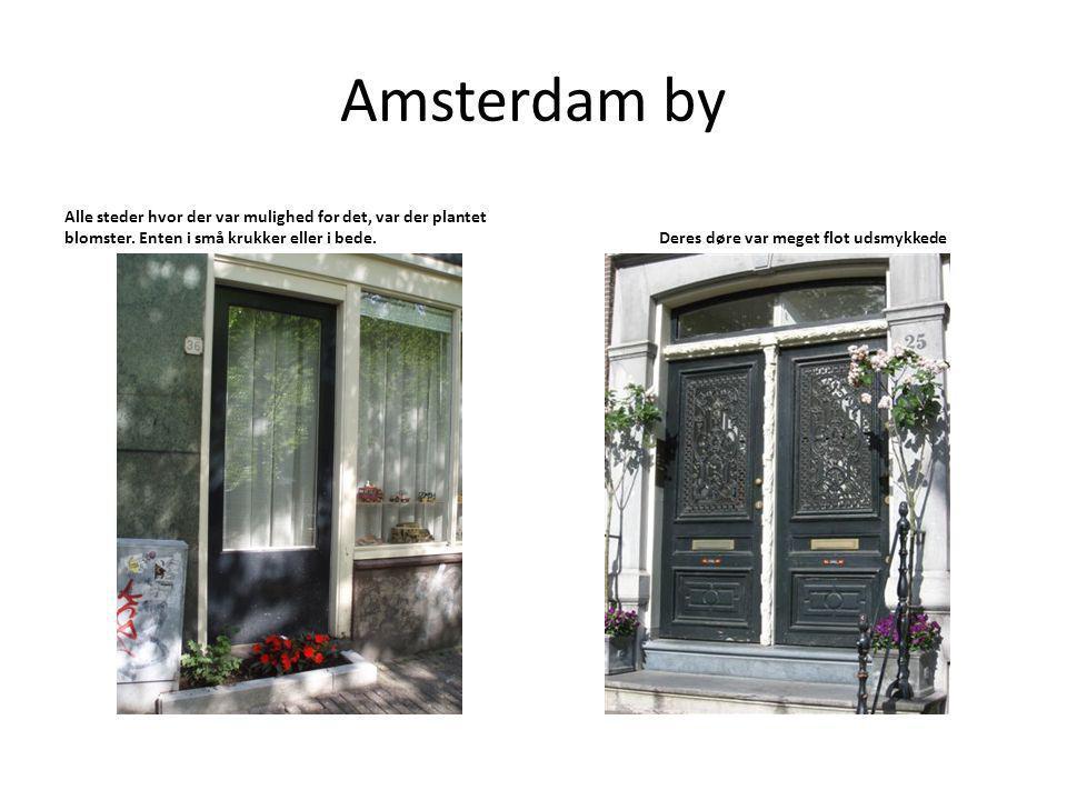 Amsterdam by Alle steder hvor der var mulighed for det, var der plantet blomster.
