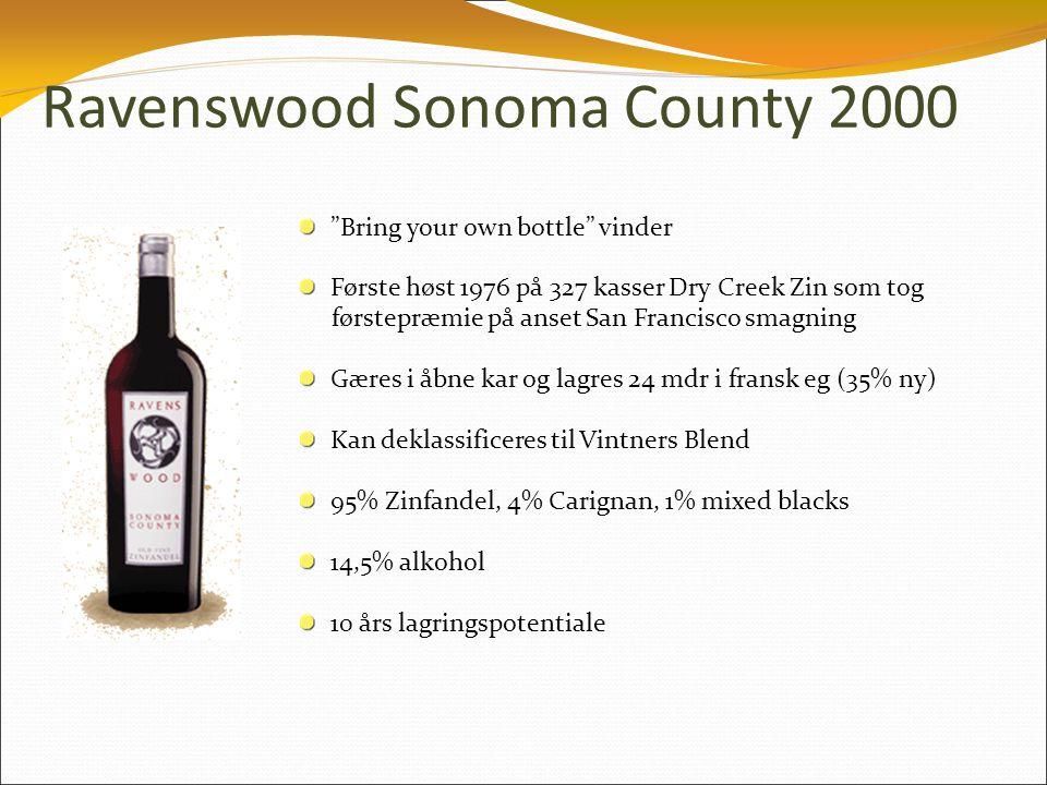 Ravenswood Sonoma County 2000 Bring your own bottle vinder Første høst 1976 på 327 kasser Dry Creek Zin som tog førstepræmie på anset San Francisco smagning Gæres i åbne kar og lagres 24 mdr i fransk eg (35% ny) Kan deklassificeres til Vintners Blend 95% Zinfandel, 4% Carignan, 1% mixed blacks 14,5% alkohol 10 års lagringspotentiale