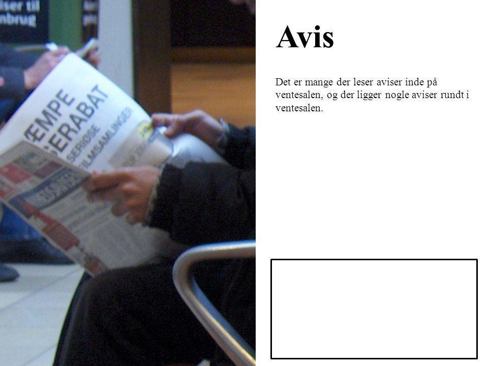 Avis Det er mange der leser aviser inde på ventesalen, og der ligger nogle aviser rundt i ventesalen.