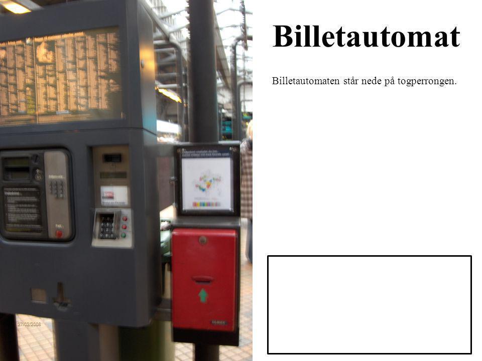 Billetautomat Billetautomaten står nede på togperrongen.