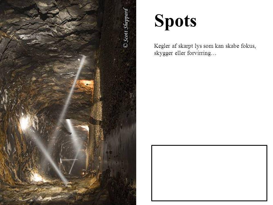 Spots Kegler af skarpt lys som kan skabe fokus, skygger eller forvirring…
