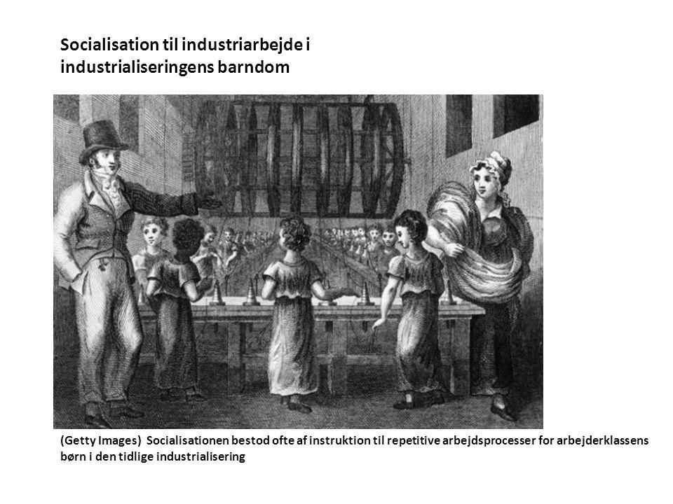 Socialisation til industriarbejde i industrialiseringens barndom (Getty Images) Socialisationen bestod ofte af instruktion til repetitive arbejdsprocesser for arbejderklassens børn i den tidlige industrialisering