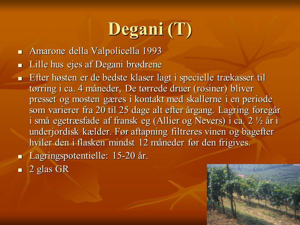 Degani (T)  Amarone della Valpolicella 1993  Lille hus ejes af Degani brødrene  Efter høsten er de bedste klaser lagt i specielle trækasser til tørring i ca.