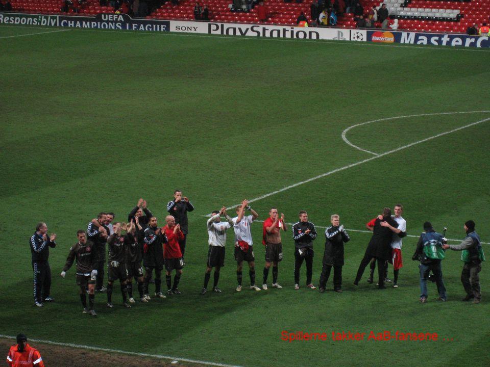 Spillerne takker AaB-fansene …