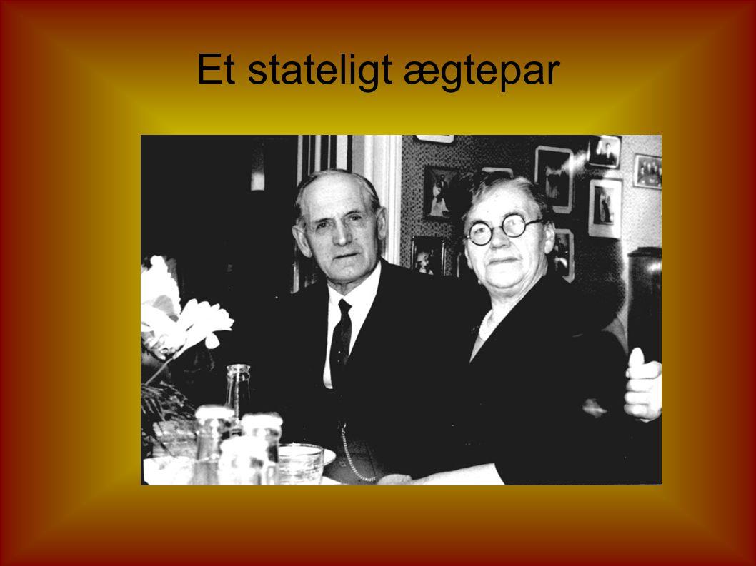 Hjemme hos Johannes og Signe Men hvem er det der gemmer sig bag bordet