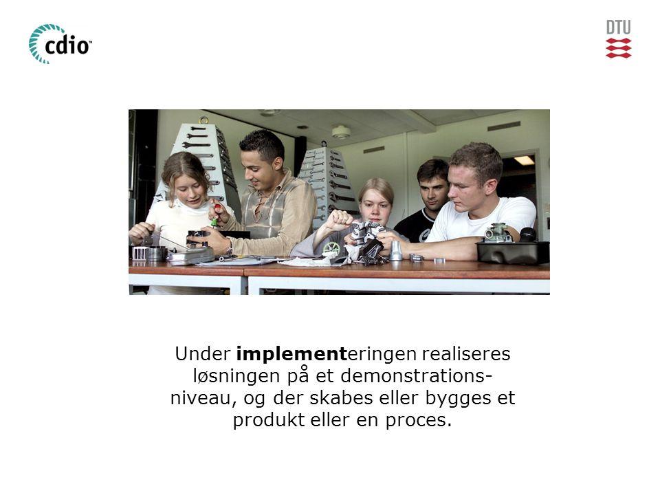 Under implementeringen realiseres løsningen på et demonstrations- niveau, og der skabes eller bygges et produkt eller en proces.