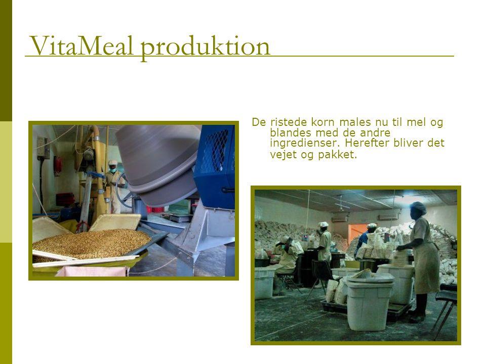 De ristede korn males nu til mel og blandes med de andre ingredienser.