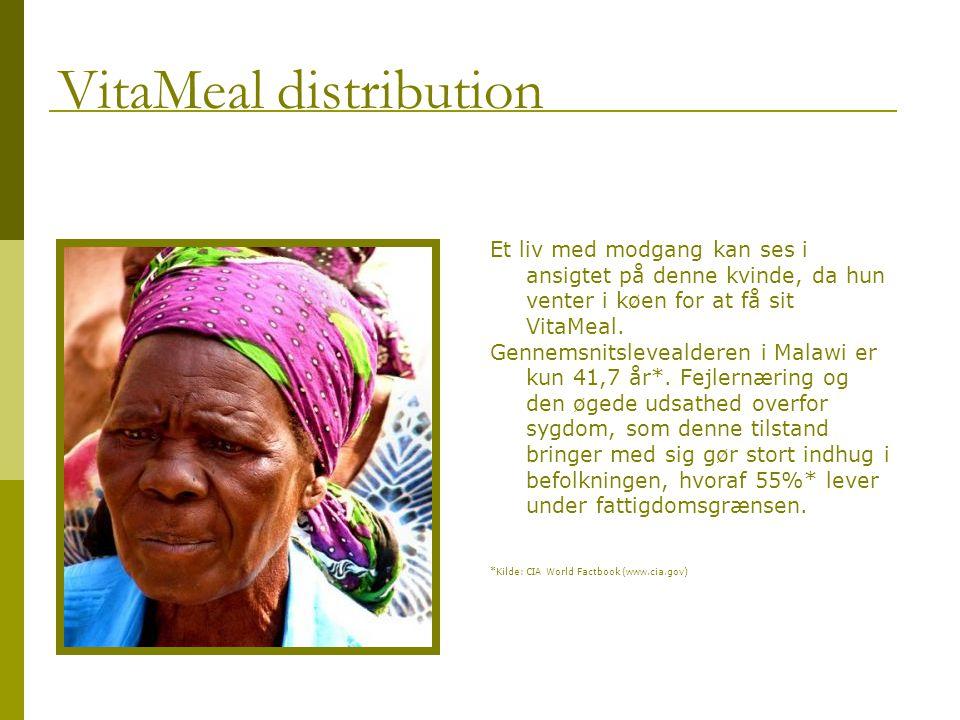 Et liv med modgang kan ses i ansigtet på denne kvinde, da hun venter i køen for at få sit VitaMeal.