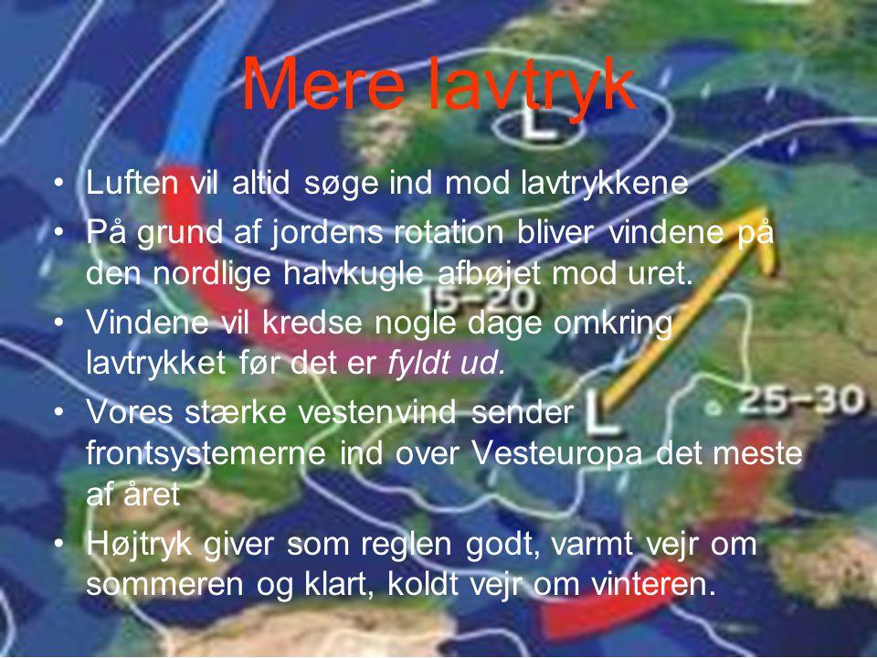 Mere lavtryk Luften vil altid søge ind mod lavtrykkene På grund af jordens rotation bliver vindene på den nordlige halvkugle afbøjet mod uret.