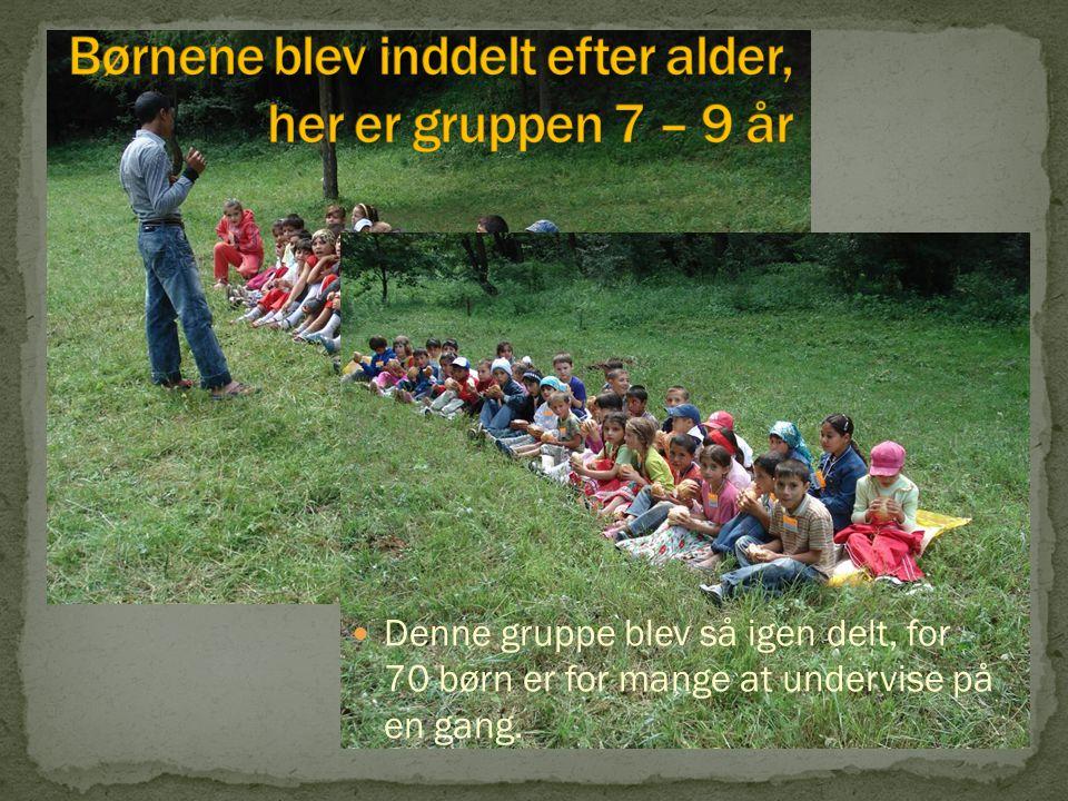 Denne gruppe blev så igen delt, for 70 børn er for mange at undervise på en gang.