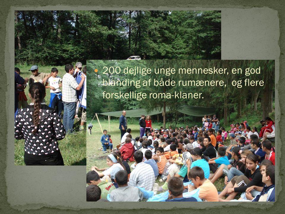 200 dejlige unge mennesker, en god blanding af både rumænere, og flere forskellige roma-klaner.
