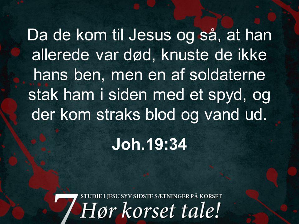Så kom Jesu mor og hans brødre, og de sendte nogle ind til ham for at hente ham, men selv blev de stående udenfor.