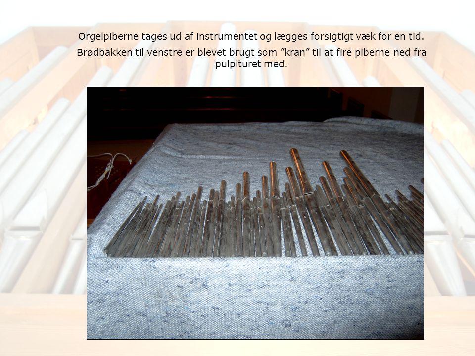 Orgelpiberne tages ud af instrumentet og lægges forsigtigt væk for en tid.