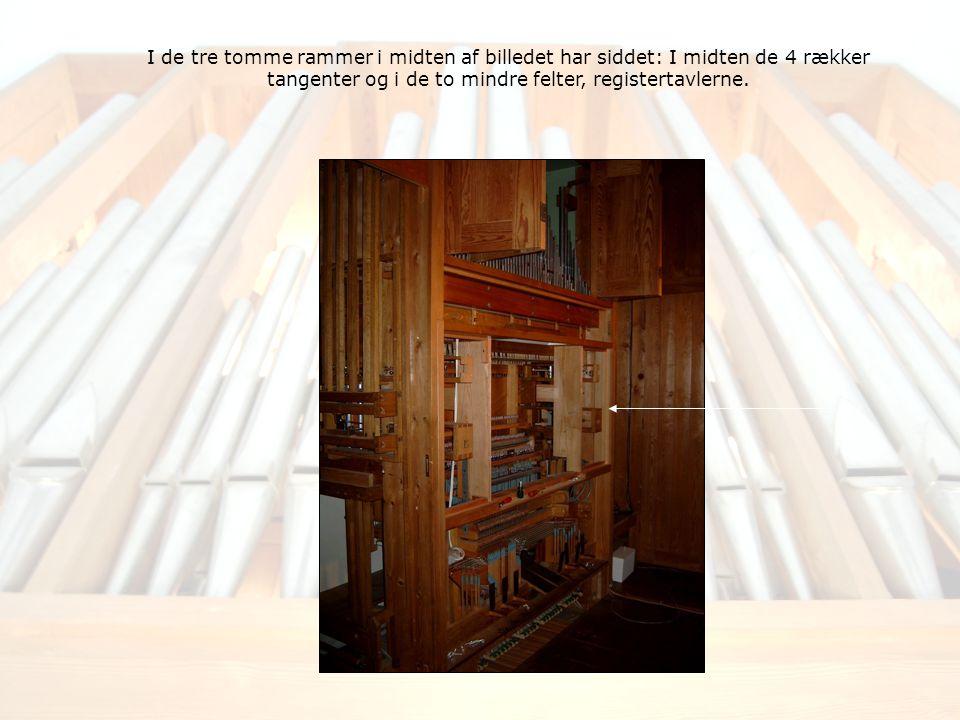 I de tre tomme rammer i midten af billedet har siddet: I midten de 4 rækker tangenter og i de to mindre felter, registertavlerne.