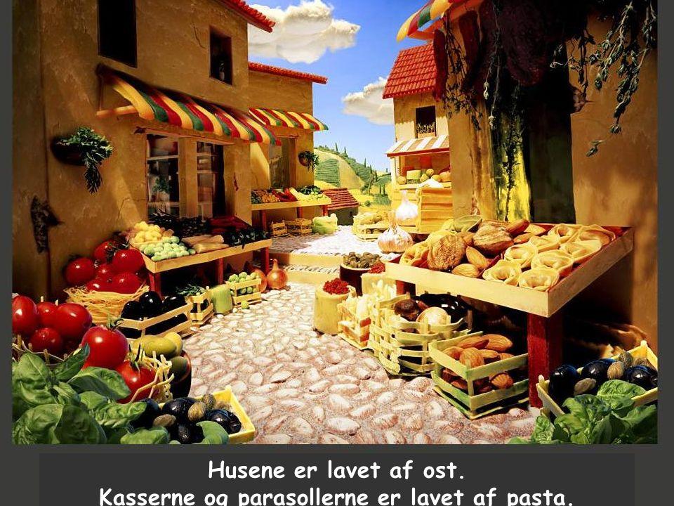 Husene er lavet af ost. Kasserne og parasollerne er lavet af pasta.