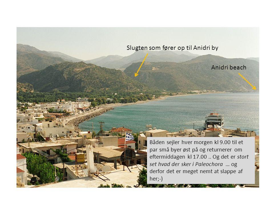 Slugten som fører op til Anidri by Anidri beach Båden sejler hver morgen kl 9.00 til et par små byer øst på og returnerer om eftermiddagen kl 17.00..