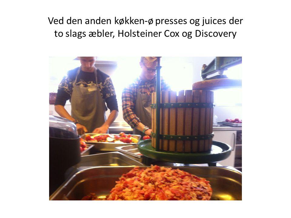 Ved den anden køkken-ø presses og juices der to slags æbler, Holsteiner Cox og Discovery