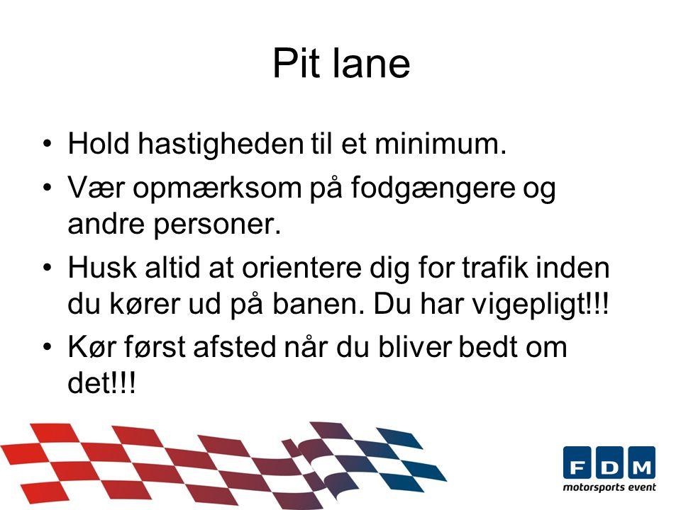Pit lane Hold hastigheden til et minimum. Vær opmærksom på fodgængere og andre personer.