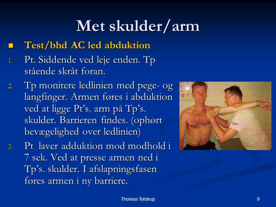 20Thomas Tolstrup Skulder skader Kapsel udspændning og mobilisering Kapsel udspændning og mobilisering Pt sideliggende på rask skulder (venstre), albue flx 90 Pt sideliggende på rask skulder (venstre), albue flx 90 Tp står bag ved og ligger venstre arm under Pt's arm og griber om Pt's underarm Tp står bag ved og ligger venstre arm under Pt's arm og griber om Pt's underarm Tp's højre arm ligger et tryk på Pt's albue og løfter derved caput op af cavitas glenoidalis Tp's højre arm ligger et tryk på Pt's albue og løfter derved caput op af cavitas glenoidalis Tp's højre fingre moniterer bevægelse i leddet Tp's højre fingre moniterer bevægelse i leddet