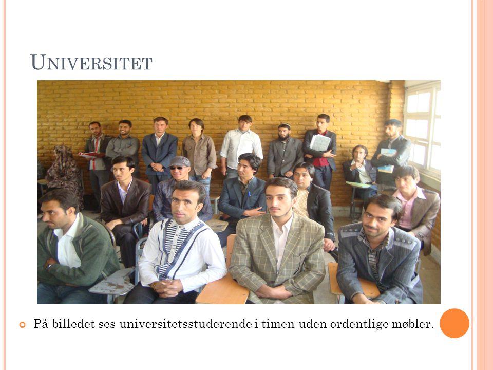U NIVERSITET På billedet ses universitetsstuderende i timen uden ordentlige møbler.