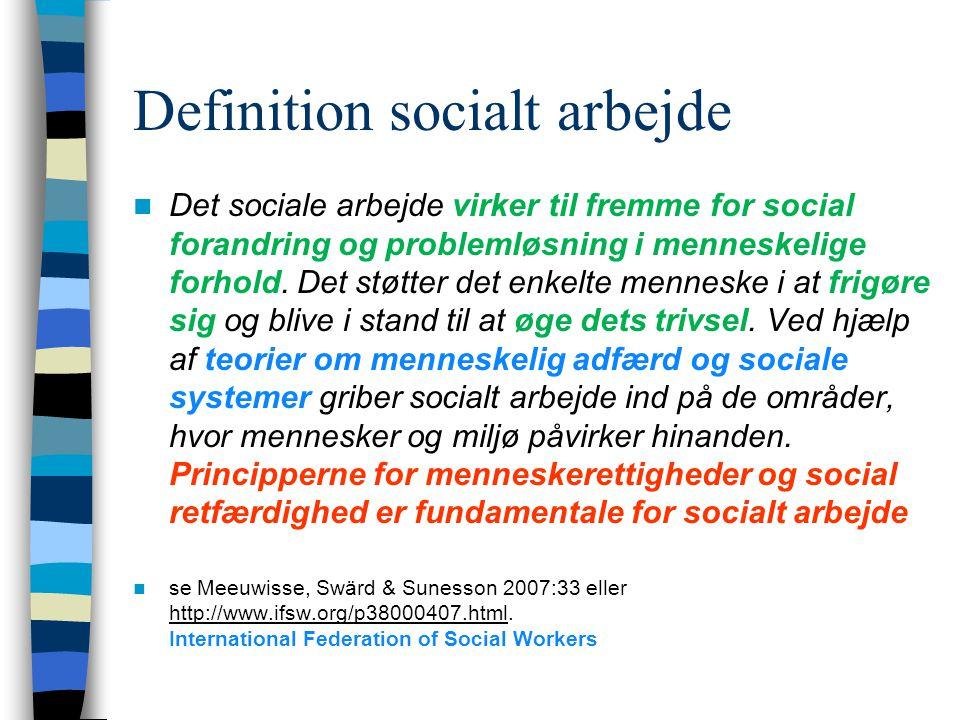 Definition socialt arbejde Det sociale arbejde virker til fremme for social forandring og problemløsning i menneskelige forhold.