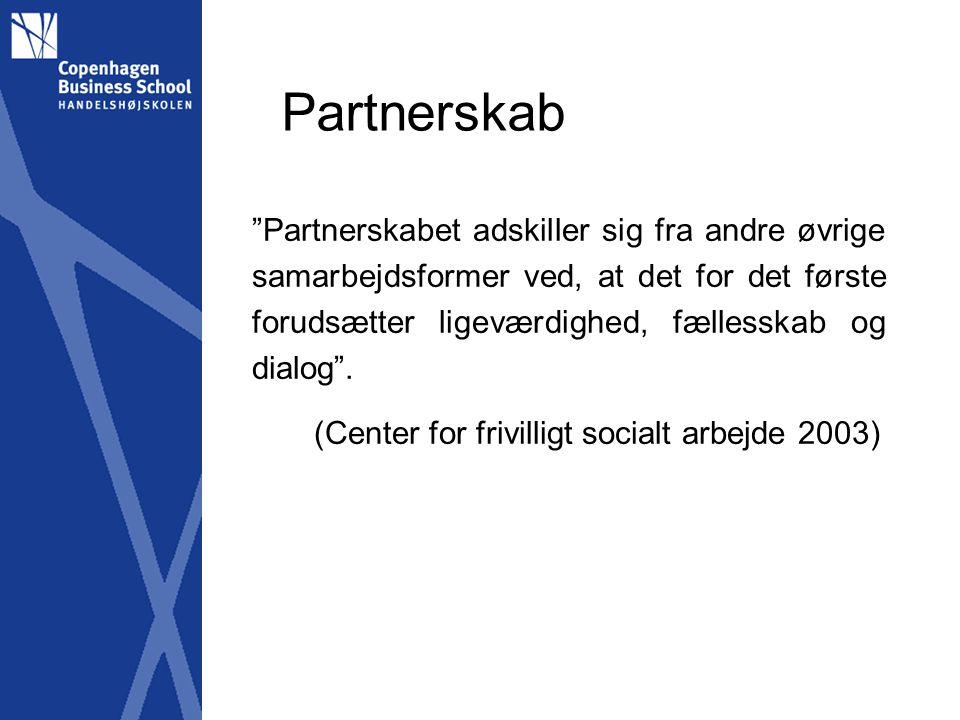 Partnerskab Partnerskabet adskiller sig fra andre øvrige samarbejdsformer ved, at det for det første forudsætter ligeværdighed, fællesskab og dialog .