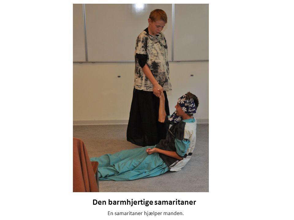 Den barmhjertige samaritaner En samaritaner hjælper manden.