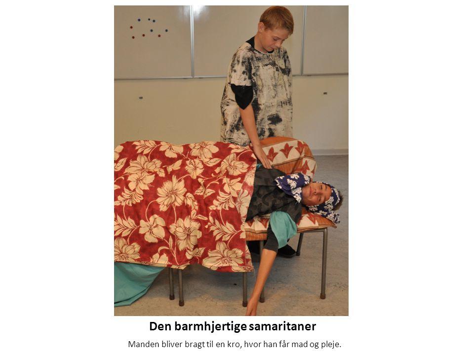 Den barmhjertige samaritaner Manden bliver bragt til en kro, hvor han får mad og pleje.
