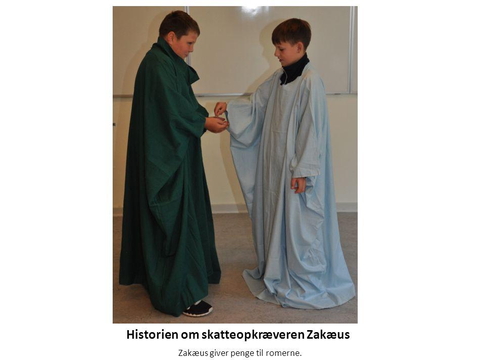 Historien om skatteopkræveren Zakæus Zakæus giver penge til romerne.